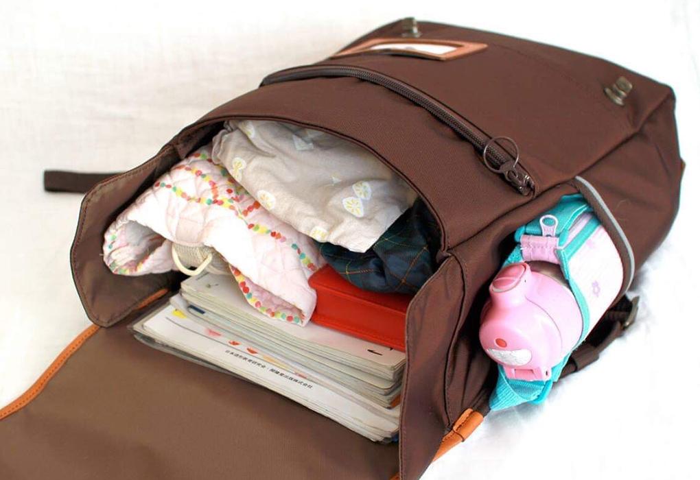 マチが広がり、手荷物がすべてことゆくraccuに収まる様子