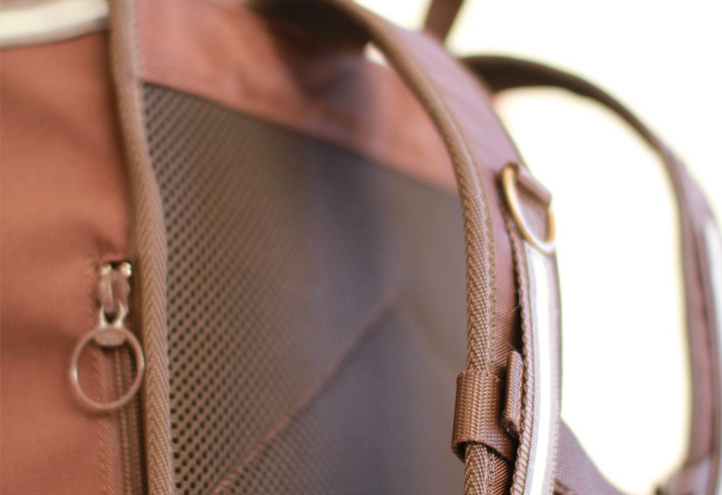 クッション性のあるやわらかい素材を使用した肩ベルト