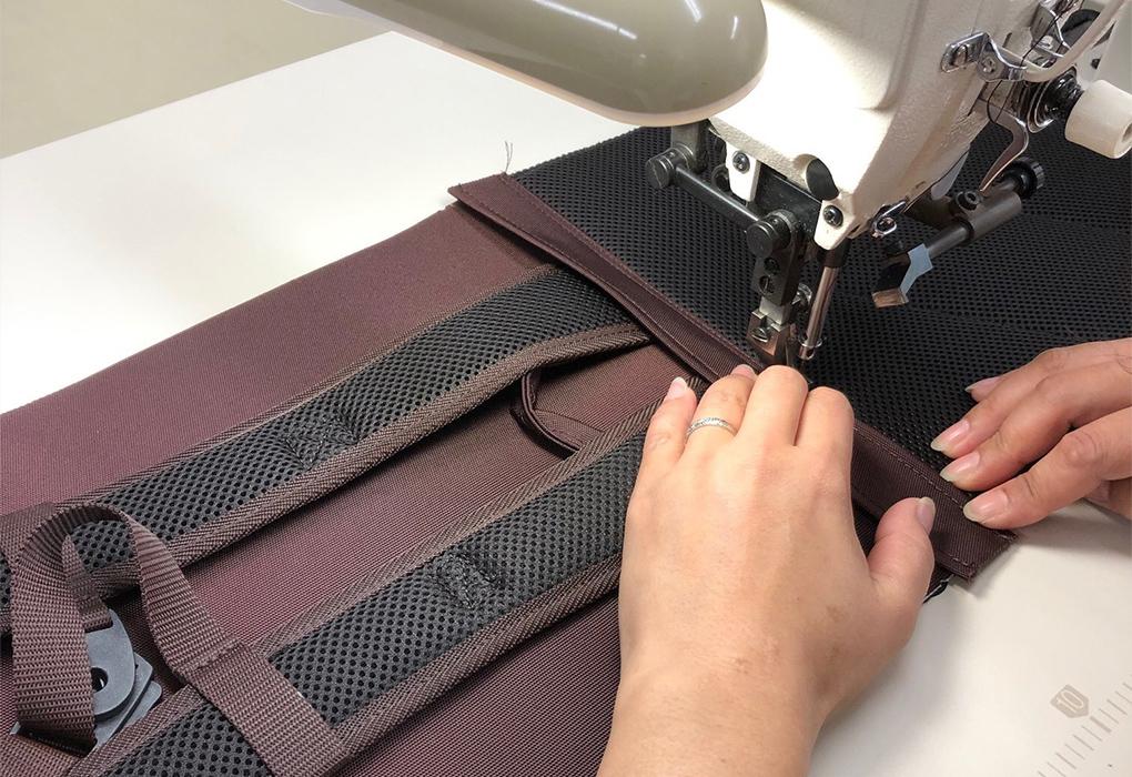 ミシンを使い、手作業で縫製する様子